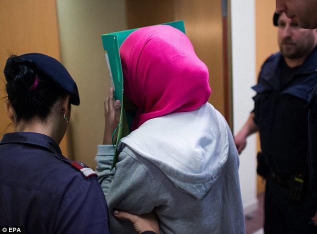 17-åringen deporteras till Sverige för att avtjäna sitt straff.